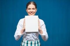Kobieta jest ubranym białego koszulowego mienia znaka pustą deskę Zdjęcia Stock