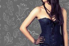 Kobieta jest ubranym czarnego gorsecika zdjęcia royalty free
