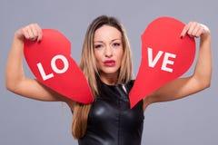 Kobieta jest ubranym czerwieni smokingowego mienia serca znaka miłości dużego symbol zdjęcia royalty free
