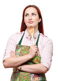 Kobieta jest ubranym fartucha, z drewnianą łyżką Fotografia Royalty Free