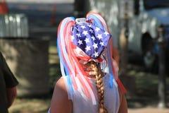 Kobieta jest ubranym flaga amerykańska szalika w jej włosy i faborki zdjęcie royalty free