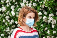 Kobieta jest ubranym gacenie maskę od pollen alergii obrazy stock