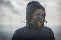 Kobieta jest ubranym istną zanieczyszczenia, smogu i wirusów twarzy maskę, obrazy royalty free