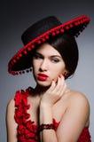 Kobieta jest ubranym kapelusz przeciw ciemnemu tłu zdjęcia royalty free