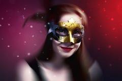 Kobieta jest ubranym karnawałową venetian maskę na plamy tle.   Obrazy Royalty Free