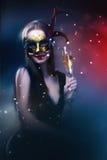 Kobieta jest ubranym karnawałową venetian maskę na plamy tle.   Zdjęcia Stock