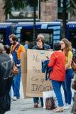 Kobieta jest ubranym kartonowego plakat przy plakatem przeciw Macron Zdjęcie Royalty Free