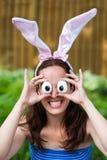 Kobieta Jest ubranym królików ucho i Niemądrych Jajecznych oczu Zdjęcia Royalty Free