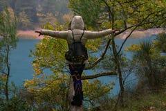 Kobieta jest ubranym kurtki równoważenie na gałąź fotografia stock