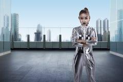 Kobieta jest ubranym lateksowego kombinezon pozuje na budynku dachu Zdjęcie Stock