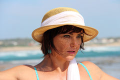 Kobieta jest ubranym lato kapelusz obraz stock