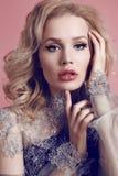 Kobieta jest ubranym luksusową koronkę z blondynem i jaskrawy makeup ubieramy Obraz Royalty Free