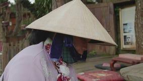 Kobieta jest ubranym maskowego zakończenie zdjęcie wideo