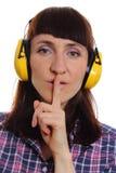 Kobieta jest ubranym ochronnych hełmofony, cisza znak zdjęcie stock
