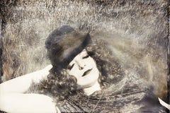 Kobieta jest ubranym odgórnego kapelusz w trawie Zdjęcia Stock