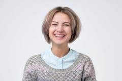 Kobieta jest ubranym przypadkową koszula i pulower ma zabawę ma szczęśliwego wyrażenie zdjęcie stock