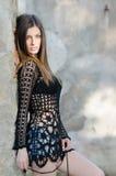 Kobieta jest ubranym siatka cajgu i stanika koszulowych czarnych skróty z długim prostym włosy Zdjęcia Royalty Free