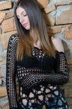 Kobieta jest ubranym siatka cajgu i stanika koszulowych czarnych skróty z długim prostym włosy Fotografia Royalty Free