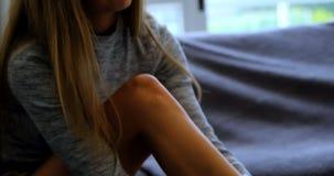 Kobieta jest ubranym skarpety na kanapie 4k zbiory wideo