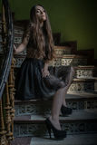 Kobieta jest ubranym smokingowego obsiadanie na schody - horror scena zdjęcia stock