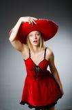 Kobieta jest ubranym sombrero kapelusz Zdjęcia Royalty Free