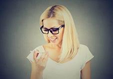Kobieta jest ubranym szkła używać mądrze telefonu głosu rozpoznania funkcję online fotografia stock