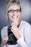 Kobieta jest ubranym szkła z starą retro kamerą Zdjęcia Stock