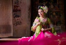 kobieta jest ubranym Tajlandzkiego tradycyjnego smokingowego ręki mienia lotosu fl obraz royalty free