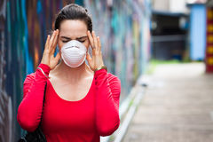 Kobieta jest ubranym twarzy maskę z migreną Zdjęcie Royalty Free