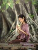 Kobieta jest ubranym typową Tajlandzką smokingową tożsamości kulturę obrazy royalty free