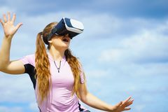 Kobieta jest ubranym VR outside zdjęcia stock