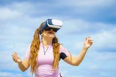Kobieta jest ubranym VR outside zdjęcie stock