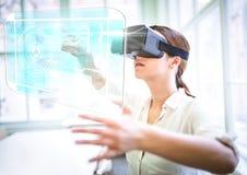 Kobieta jest ubranym VR rzeczywistości wirtualnej słuchawki z interfejsem obraz stock