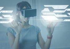 Kobieta jest ubranym VR rzeczywistości wirtualnej słuchawki z interfejsem ilustracja wektor