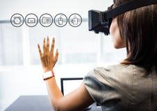 Kobieta jest ubranym VR rzeczywistości wirtualnej słuchawki z interfejsem zdjęcia royalty free