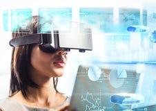 Kobieta jest ubranym VR rzeczywistości wirtualnej słuchawki z interfejsem zdjęcie royalty free