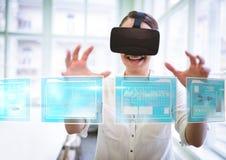 Kobieta jest ubranym VR rzeczywistości wirtualnej słuchawki z interfejsem obrazy royalty free