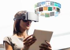 Kobieta jest ubranym VR rzeczywistości wirtualnej słuchawki z interfejsem zdjęcia stock
