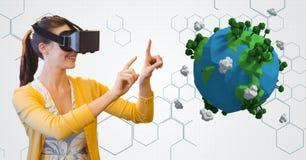 Kobieta jest ubranym VR szkła podczas gdy gestykulujący niską poli- ziemią fotografia royalty free