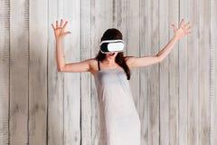 Kobieta jest ubranym VR szkła trzyma ona up, excited, ręki, biały zdjęcia stock