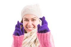 Kobieta jest ubranym zimę odziewa robić szczęście gestowi obraz stock