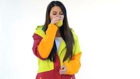 Kobieta jest ubranym zimy kurtkę pije sok pomarańczowego zdjęcie wideo