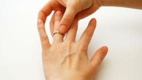 Kobieta jest ubranym zobowiązania lub ślubu diamentowego pierścionek obraz stock