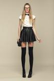 Kobieta jest w moda stylu w czarnej mini spódnicie Obraz Stock