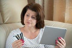 Kobieta jest wzburzona online zakupy z bank kartą obraz stock