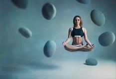 Kobieta jogów lewitacja Fotografia Royalty Free