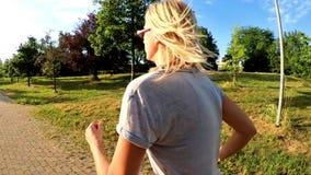 Kobieta jogging na drodze zbiory wideo