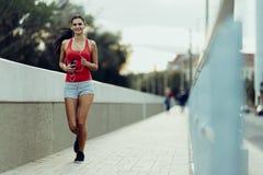 Kobieta jogging w mieście obrazy stock