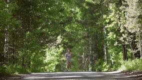 Kobieta jogging w ranek atrakcyjnej dziewczynie bawi się plenerowego swobodny ruch zbiory wideo