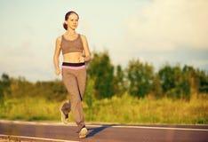 Kobieta jogs bieg na naturze obraz royalty free